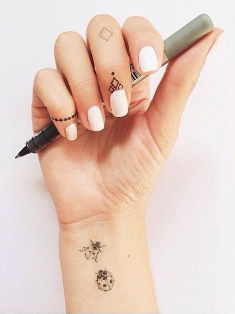 tatouages pour cuticules la tendance qui va habiller vos ongles. Black Bedroom Furniture Sets. Home Design Ideas