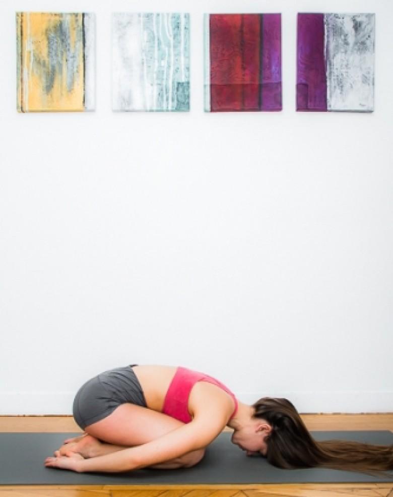 5 positions de yoga pour celles qui ont mal au dos. Black Bedroom Furniture Sets. Home Design Ideas