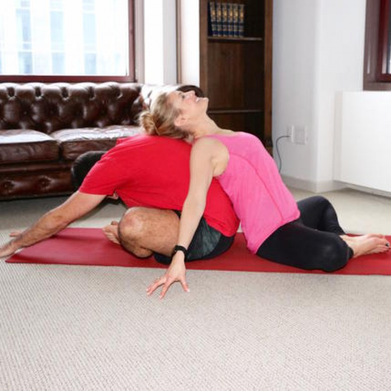 les positions de yoga tester avec son homme. Black Bedroom Furniture Sets. Home Design Ideas