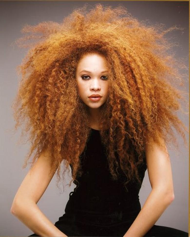 cheveux frisés femme