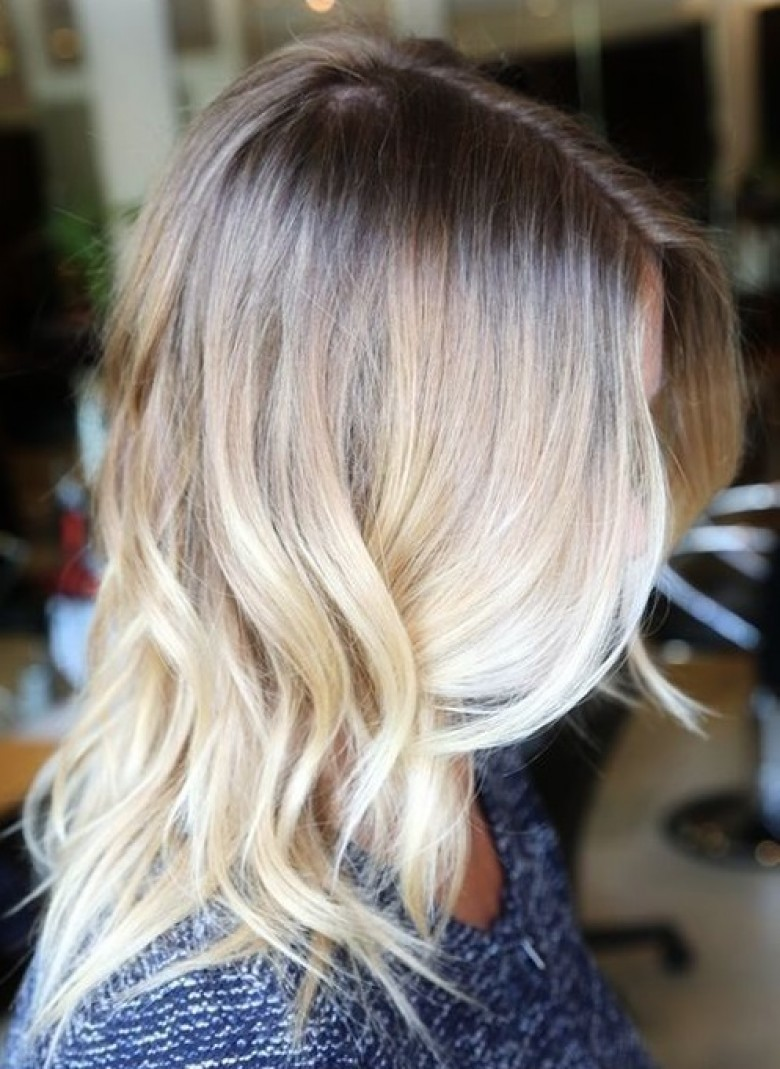 Tie and dye sur cheveux blond platine coloration des cheveux moderne - Tie and dye blond cheveux mi long ...