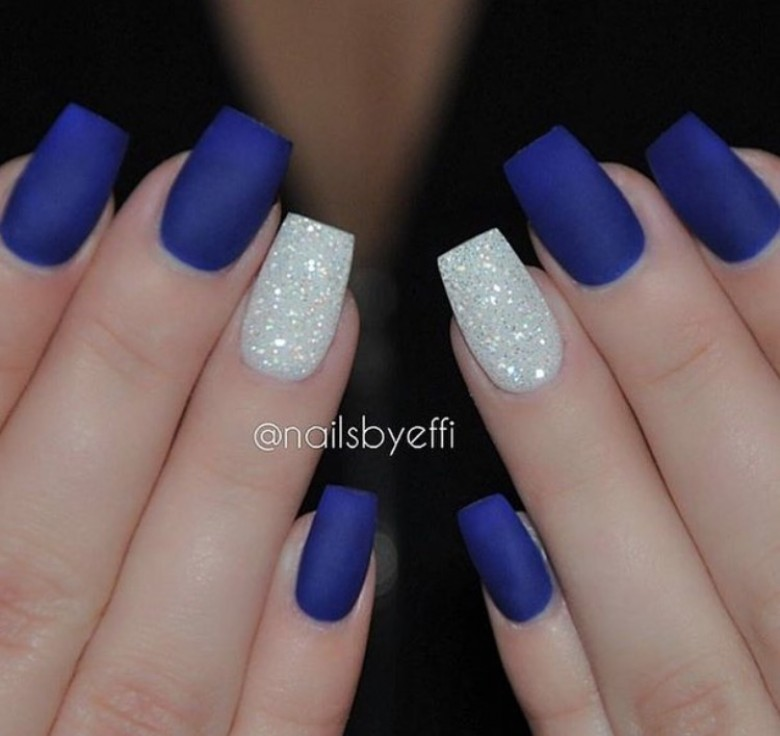 nail art bleu roi