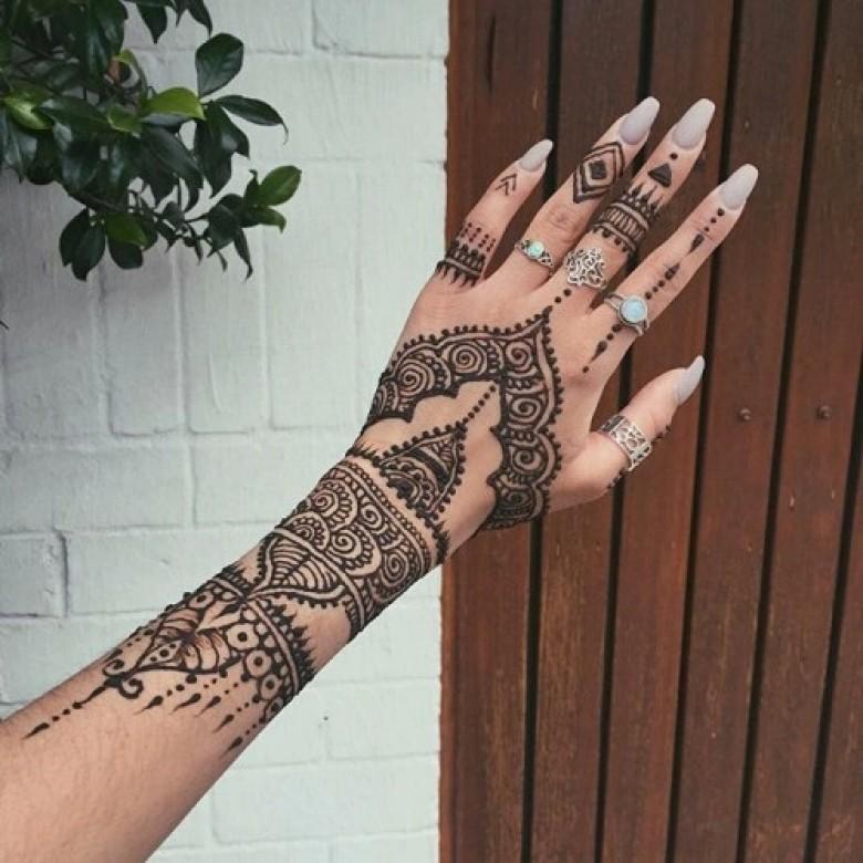 cet t adoptez les tatouages au henn sans mod ration. Black Bedroom Furniture Sets. Home Design Ideas