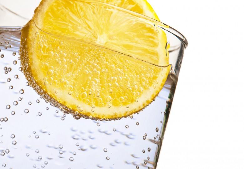 12 raisons de boire de l 39 eau citronn e le matin. Black Bedroom Furniture Sets. Home Design Ideas