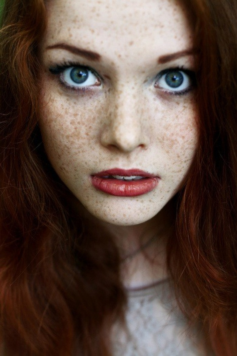 Maquillage robe rouge yeux verts