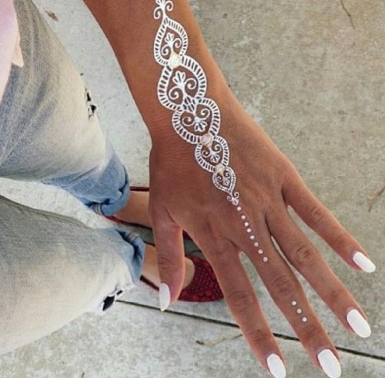 Henné Blanc le henné blanc pour des mains et avant-bras totalement lookés et