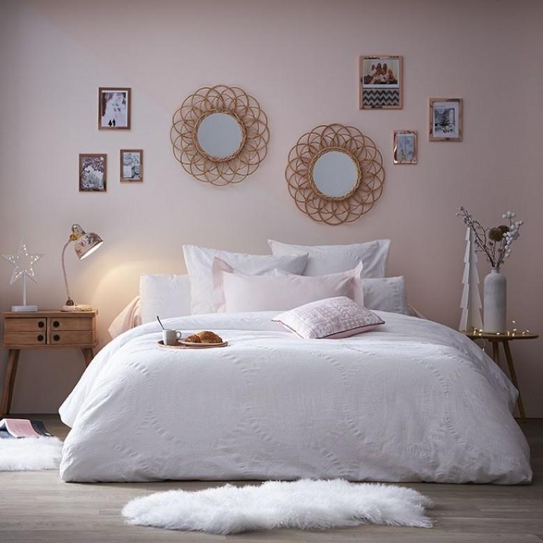 3 ambiances et 40 accessoires pour une chambre girly. Black Bedroom Furniture Sets. Home Design Ideas