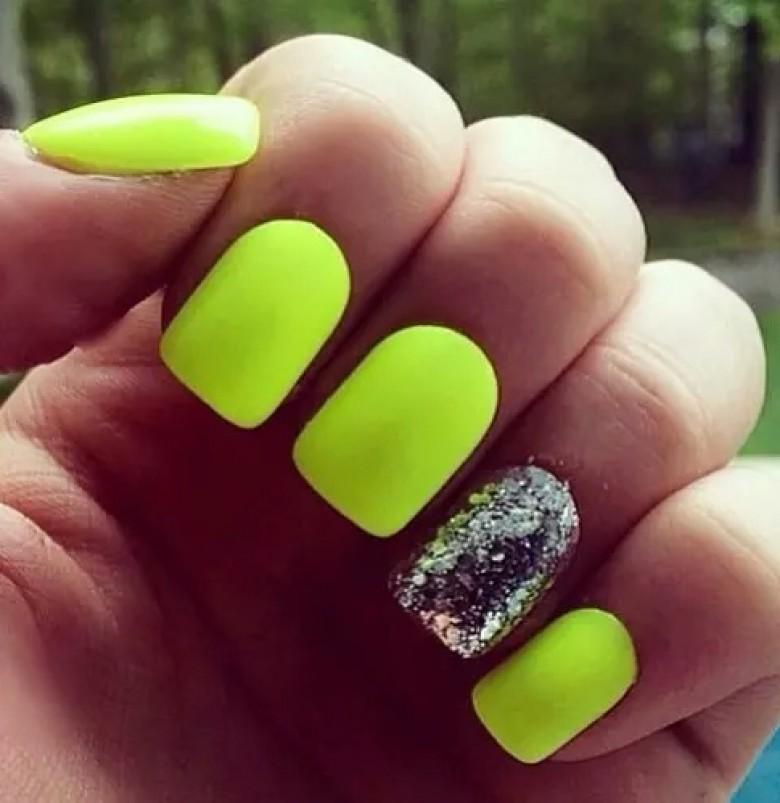 Nail art jaune fluo