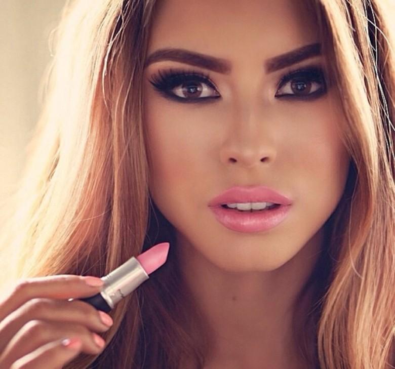 15, Des lèvres roses crémeuses et des yeux de biche noirs