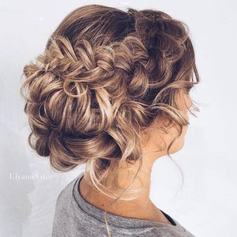 6, Les cheveux wavy sont nonchalamment attachés et tressés
