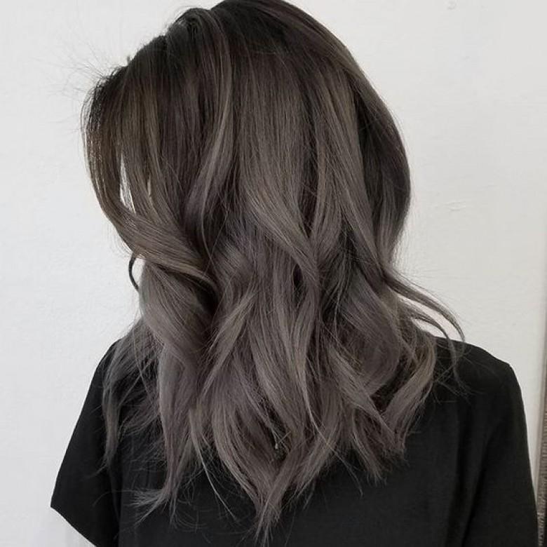 cheveux gris foncé femme