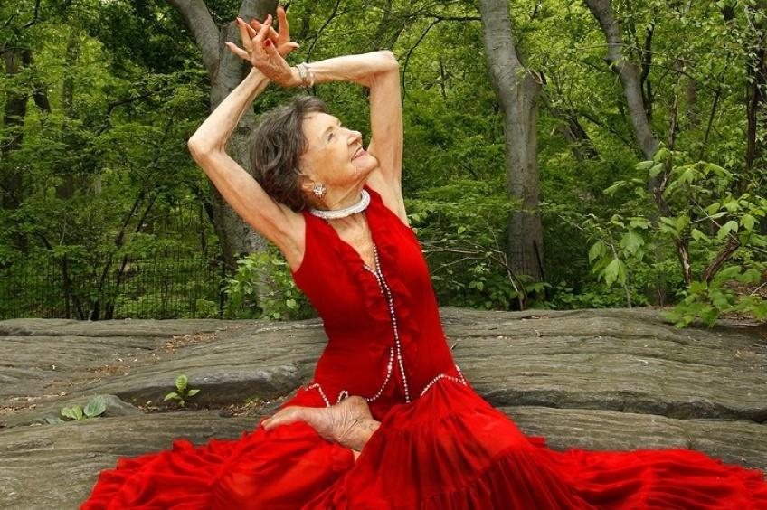 À 98 ans, la prof de yoga la plus âgée au monde nous révèle son mantra n°1
