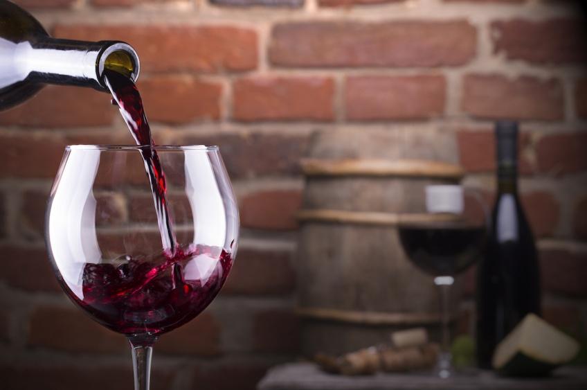 Oenophilia invente un verre avec paille intégrée pour boire votre vin rouge
