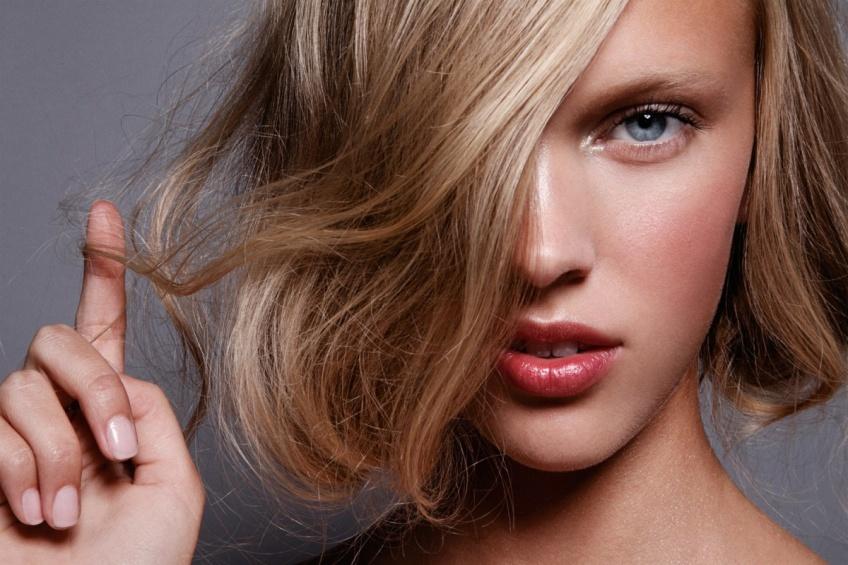 Les astuces pour éviter que vos cheveux blonds virent au jaune