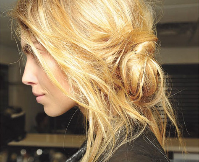 Hair Trend : Le Banana Bun pour un look à mi-chemin entre le sophistiqué et le décontracté
