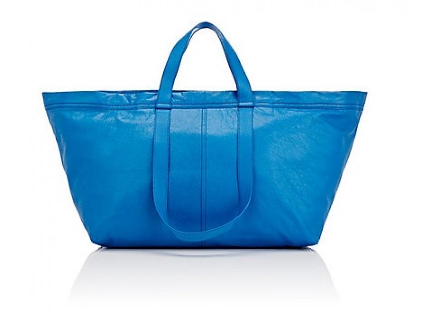 Balenciaga sort une version luxe du célèbre fourre-tout bleu d'Ikea