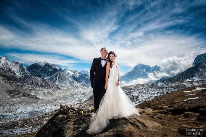 Ce couple se marie au sommet du Mont Everest et les photos sont dingues !