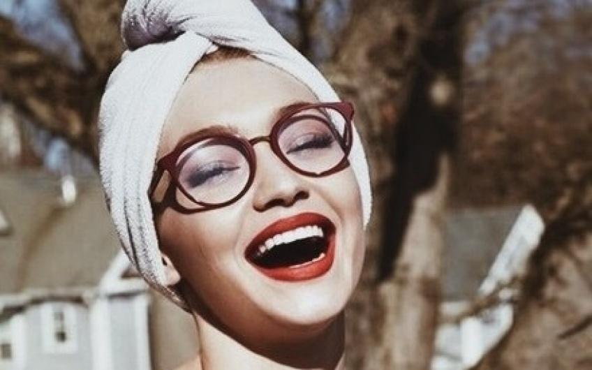 10 superbes idées make-up pour les filles à lunettes