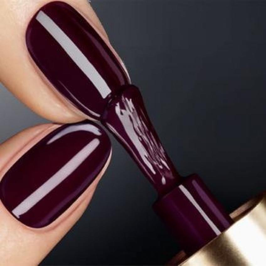 Cet automne, le vernis à ongles bordeaux sera sur toutes les mains !