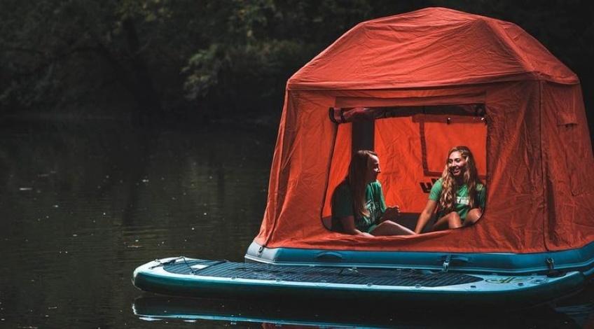 Vous pouvez littéralement dormir sur l'eau grâce à cette tente flottante !
