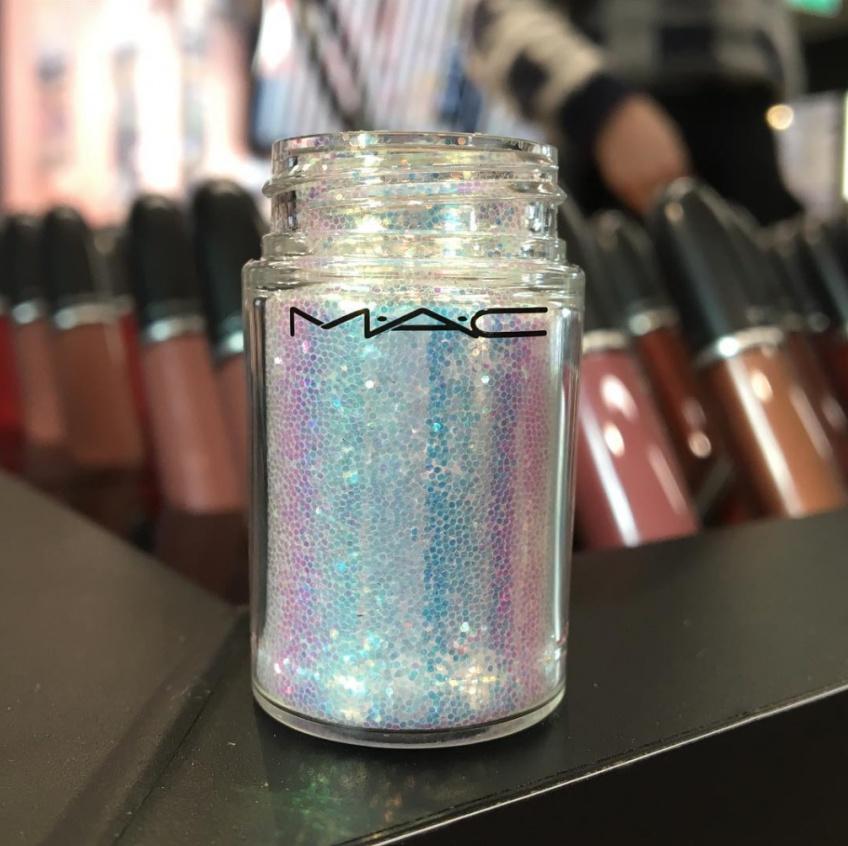 MAC s'apprête-t-il à lancer un tout nouveau pigment irisé inspiré des licornes ?