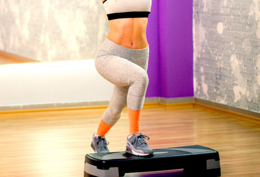 6 exercices à faire avec un step pour une remise en forme garantie!