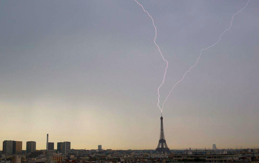 La Tour Eiffel foudroyée par un impressionnant orage !
