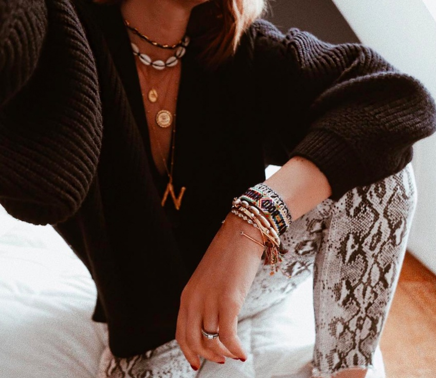 Le collier initiale : la tendance accessoire à shopper immédiatement !