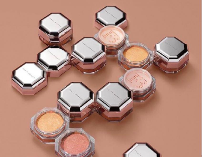 Ultra-scintillante, la nouvelle poudre illuminatrice Fenty Beauty promet de faire des étincelles !