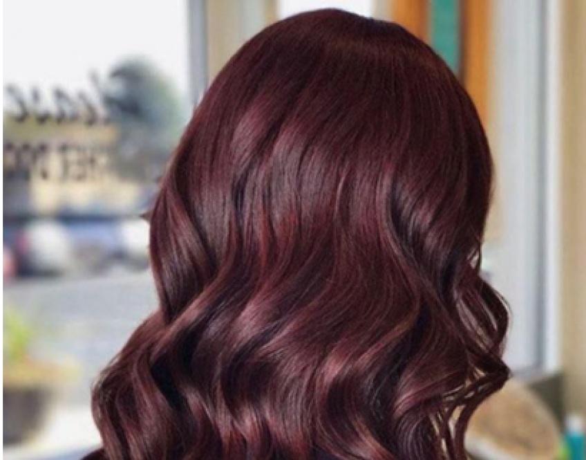 Burgundy hair : La coloration qui fait le buzz cette saison !