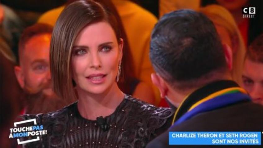 Charlize Theron recadre Cyril Hanouna pour un baiser non consentant