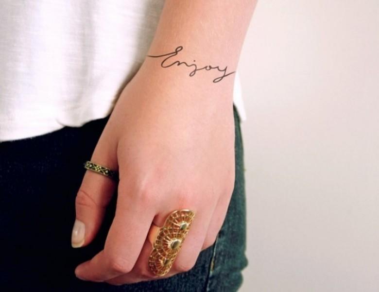 20 id es de tatouages adorables pour les mains et les poignets. Black Bedroom Furniture Sets. Home Design Ideas
