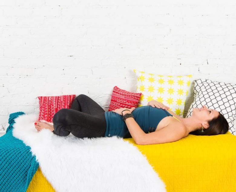 6 postures de yoga faire depuis son lit. Black Bedroom Furniture Sets. Home Design Ideas