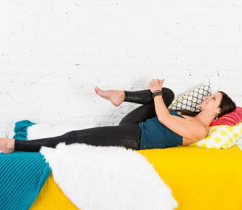 6 postures de yoga faire depuis son lit les claireuses - Comment faire plaisir a son mari au lit ...