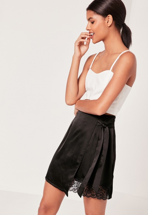 Missguided - Mini-jupe satinée asymétrique avec bordure dentelle