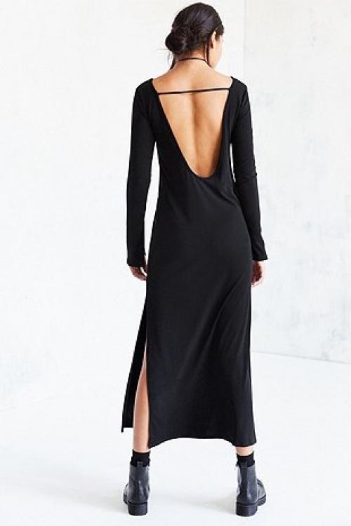 Robe longue en satin noir à décolleté plongeant en V