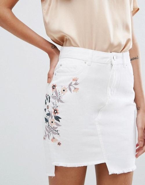 Miss Selfridge - Mini-jupe en jean brodée à ourlet asymétrique