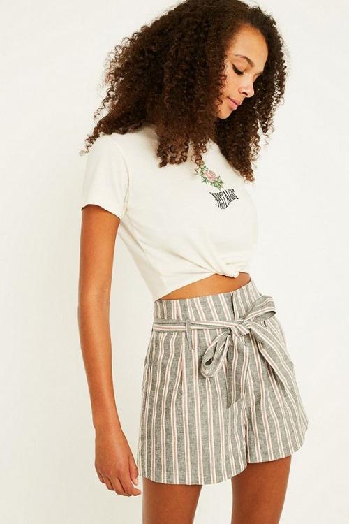 Urban Outfitters - Short noué à la taille en lin à rayures
