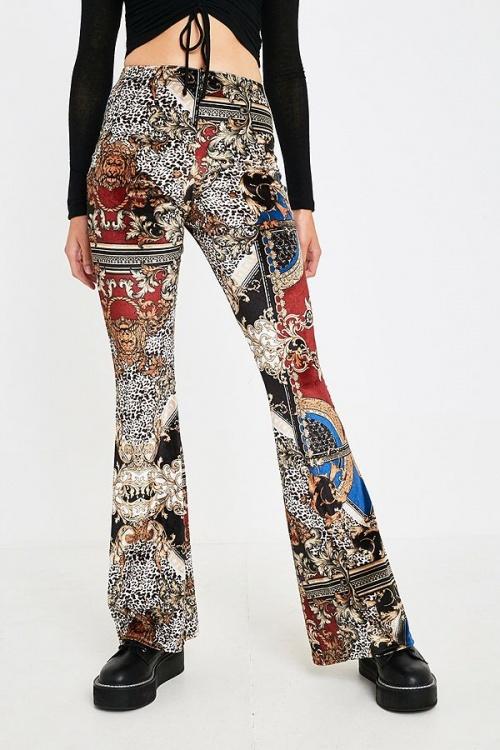 UO - Pantalon évasé en velours imprimé foulard