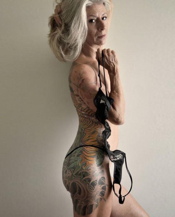 Sénior avec tatouages