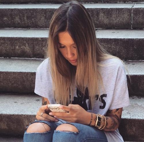 fille téléphone