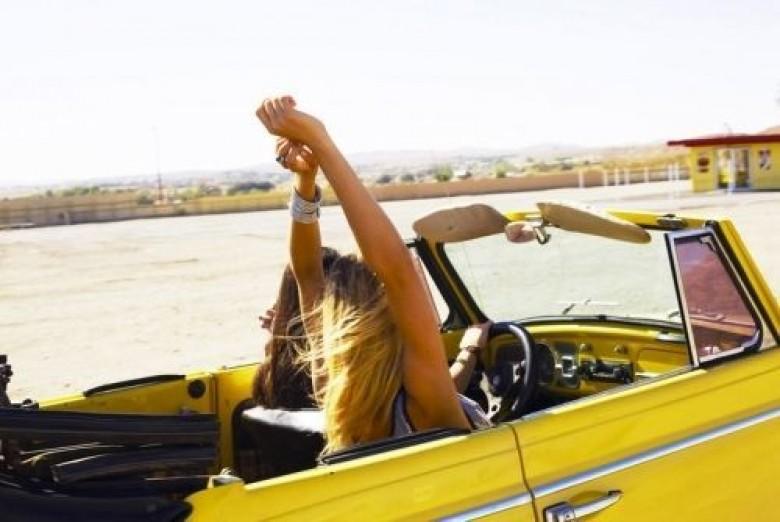 fille liberté voiture jaune vacances