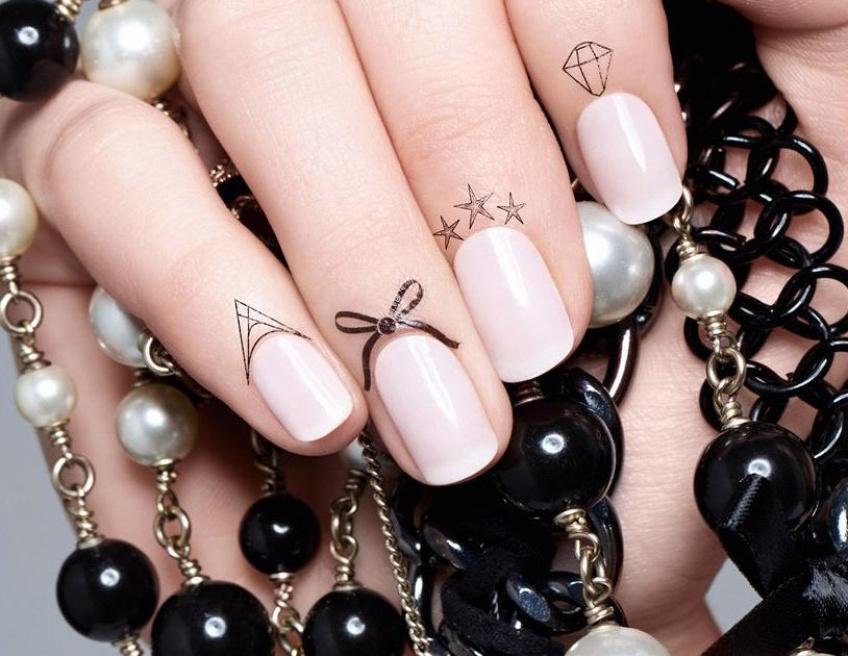 Tatouages pour cuticules : la tendance qui va habiller vos ongles