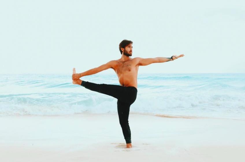 #Hotdude : L'homme qui rend le yoga outrageusement sexy