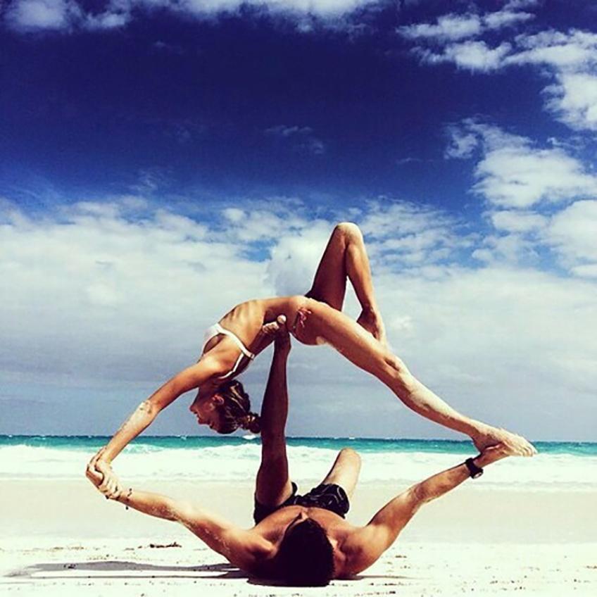 Les positions de yoga à tester avec son homme