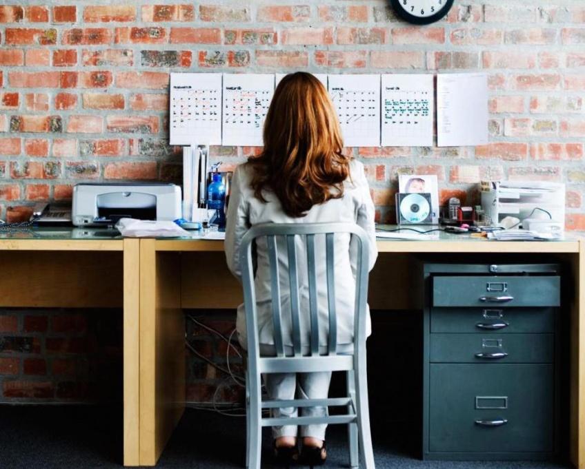 5 positions de yoga pour résoudre vos problèmes de dos au bureau
