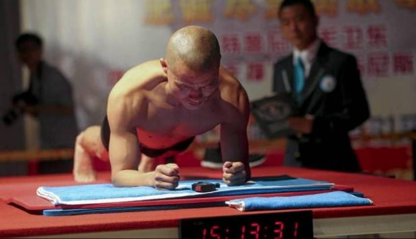 Il bat le record du monde en restant 8h en position gainage