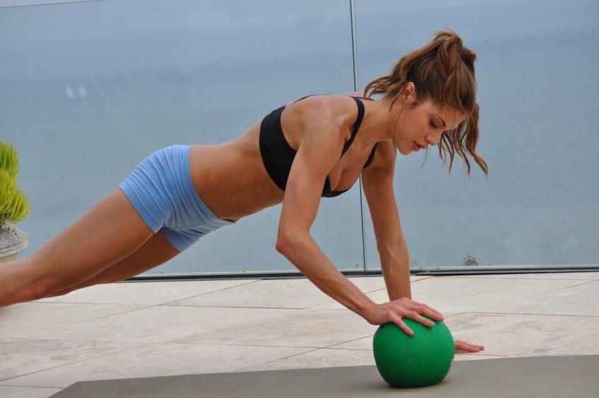 9 exercices à faire avec une medecine-ball pour intensifier vos séances