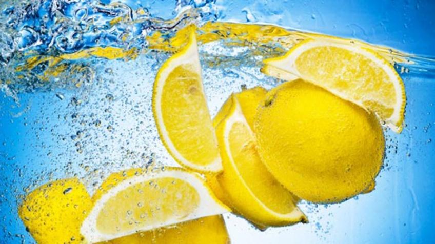 12 raisons de boire de l'eau citronnée le matin