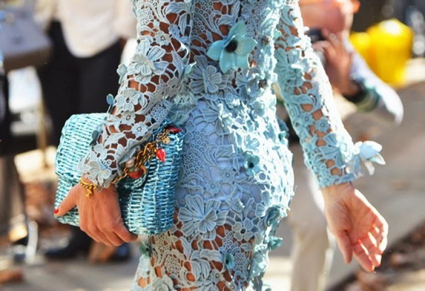 La petite robe bleue en dentelle, la touche charme de l'été